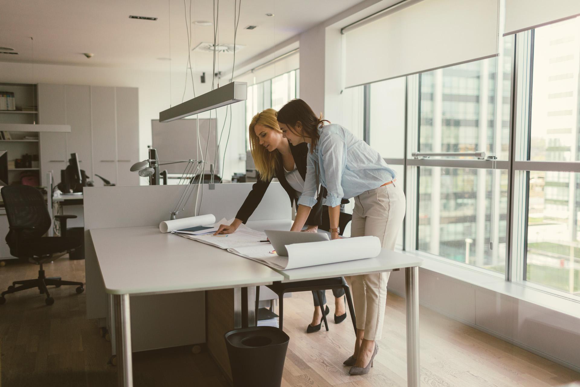 Businesswomen-working-in-the-office-670479796_8660x5773